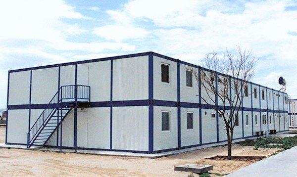 Modułowy budynek z umeblowaną działką
